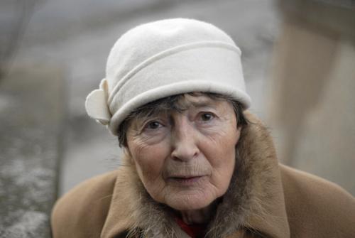 Oma schaut nach´m rechten Frau Erwachsene Weiblicher Senior Großmutter 1 Mensch 60 und älter Bekleidung Mantel Fell Hut Mütze schwarzhaarig Blick alt elegant