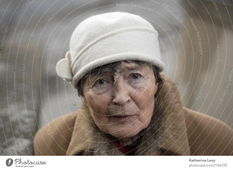 Oma schaut nach´m rechten Mensch Frau alt weiß Erwachsene Senior braun Angst elegant natürlich Perspektive Hoffnung Bekleidung Neugier Fell Glaube
