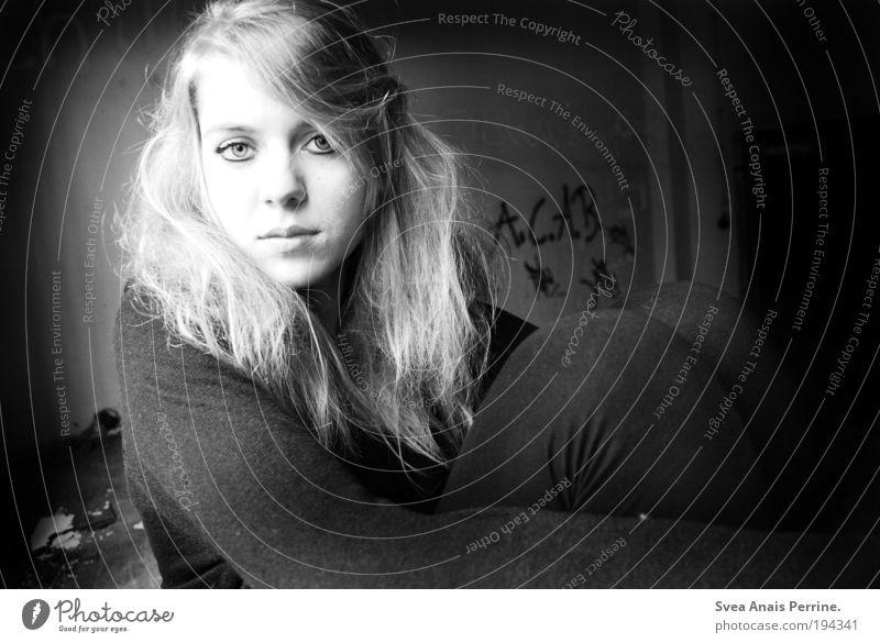 A.C.A.B elegant feminin Junge Frau Jugendliche 1 Mensch Mauer Wand Fassade Hemd Haare & Frisuren blond Blick sitzen Neugier Originalität dünn verrückt