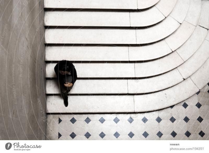 pause Frau Mensch alt weiß ruhig Erwachsene Erholung dunkel Wand Denken Linie sitzen Treppe Pause rund nachdenklich