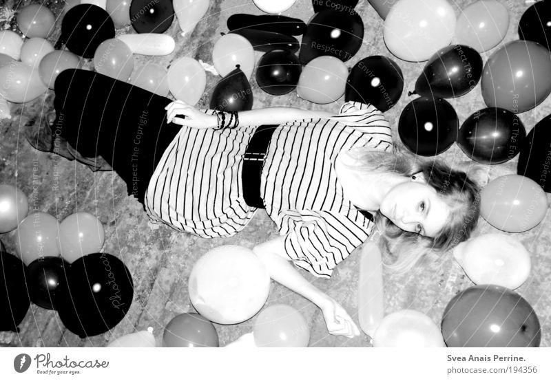 Someone Like You Mensch Frau Jugendliche feminin Stil blond Fassade Arme elegant liegen Design modern verrückt Lifestyle Coolness Luftballon