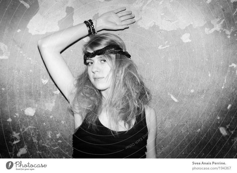 . Mensch Jugendliche schön Junge Frau Freude Gesicht Wand feminin Stil Mauer Fassade elegant blond authentisch Arme Kleid