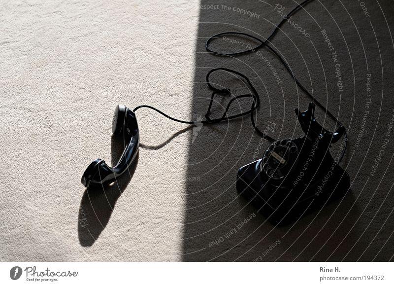 Das alte Telefon Einsamkeit ruhig schwarz Gefühle Traurigkeit warten Telefon Hoffnung Kabel Telekommunikation Ende hören Wut Verliebtheit Trennung Partnerschaft