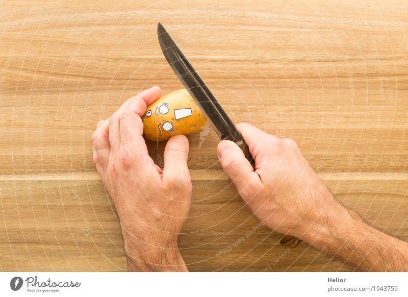 Kartoffel in panischer Angst vor einem scharfen Rüstmesser Gemüse Kartoffeln Ernährung Hand Messer Schneidebrett Holz Stahl bedrohlich gruselig lecker lustig