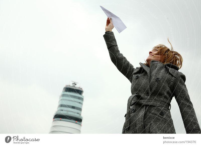 Weg hier ! Frau Mensch Ferien & Urlaub & Reisen Flugzeug Papierflieger Flughafen Winter Jacke Mantel halten Tower (Luftfahrt) Turm Himmel Winterurlaub Freude