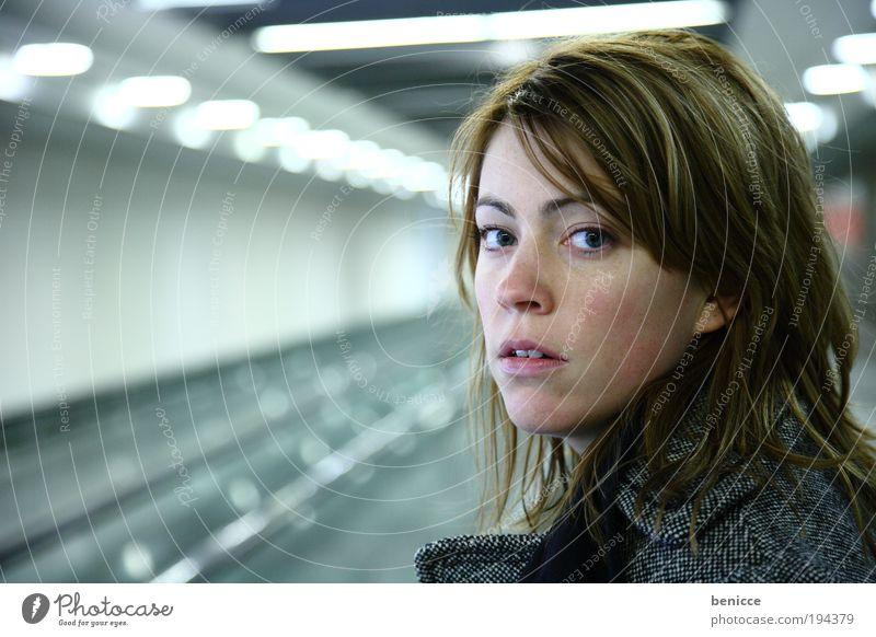 suprise Frau Mensch U-Bahn Einsamkeit Porträt Angst Blick Winter wartern Bahnhof modern Licht Lampe Beleuchtung künstlich ernst Nahaufnahme Überraschung jung