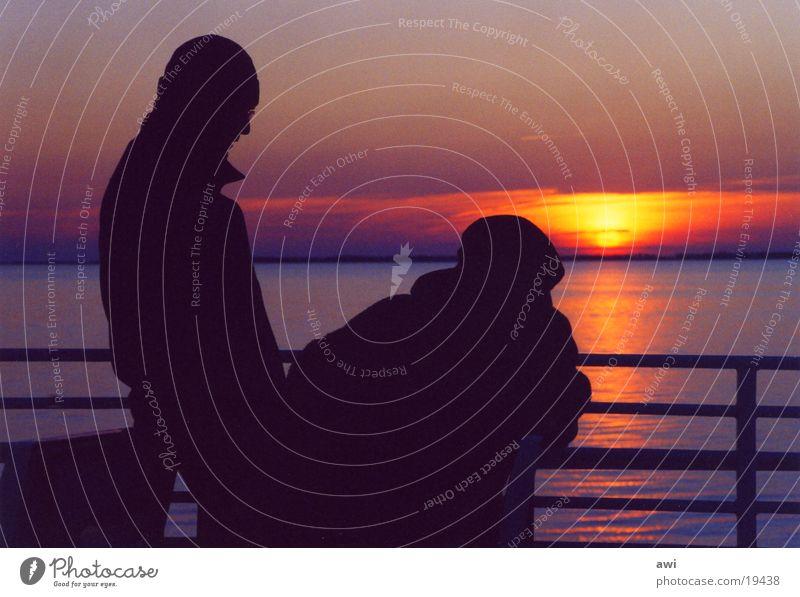 Sachliche Romanze Wasser Sonne Meer rot kalt Paar See Freundschaft Brücke paarweise Abenddämmerung
