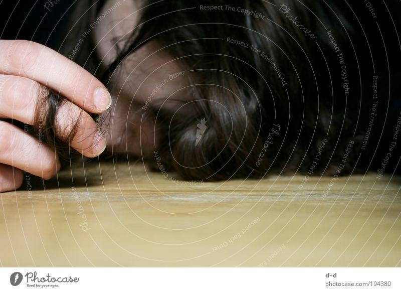 E Haare & Frisuren schwarzhaarig brünett langhaarig Locken Verzweiflung Haarsträhne Haarschopf Finger Hand liegen Tisch Holz Wahnsinn nußbraun Haarfarbe Frau
