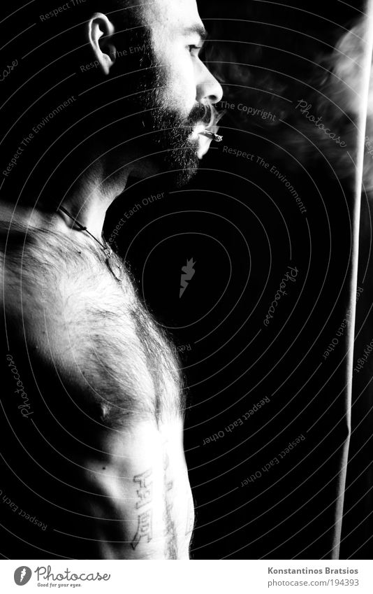 Blick ins Ungewisse Mensch Mann Jugendliche Leben träumen Denken Raum Erwachsene maskulin Hoffnung stehen authentisch Rauchen dünn beobachten Neugier
