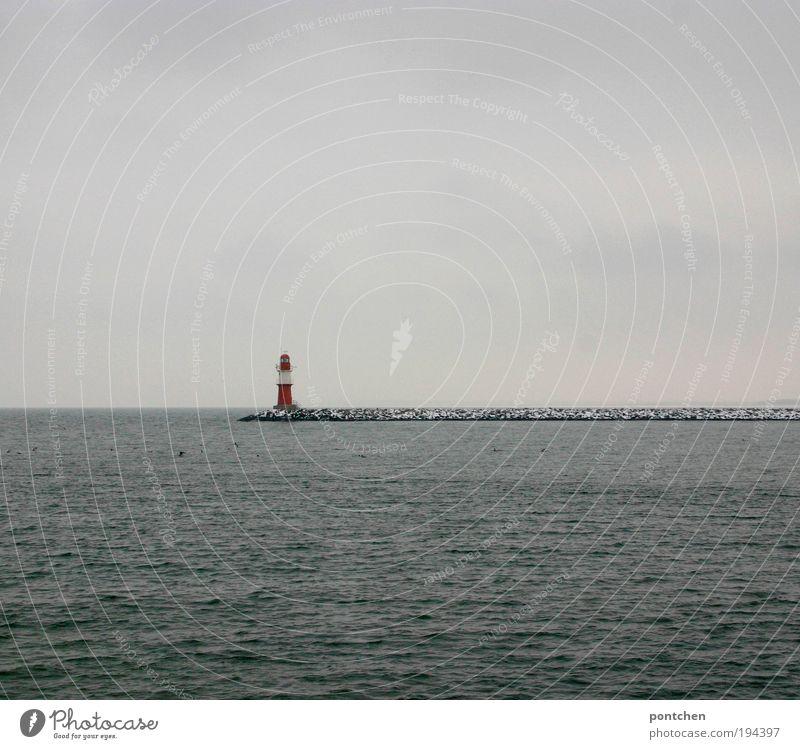 Warnemünde Leuchtturm Wasser Meer grün rot Winter Strand Ferien & Urlaub & Reisen Wolken dunkel kalt Freiheit Landschaft Küste Wellen dreckig Wetter