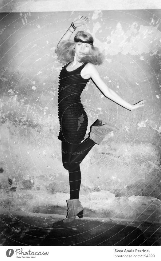 . elegant Stil feminin Junge Frau Jugendliche 1 Mensch Mauer Wand Fassade Kleid Damenschuhe Haare & Frisuren blond fallen springen Coolness frei hoch dünn schön
