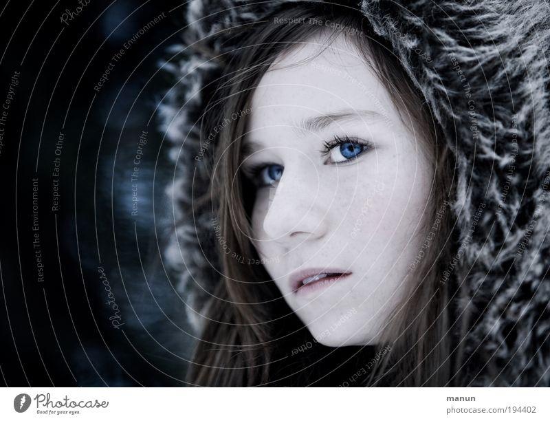 Wintermädchen Mensch Jugendliche blau Winter Gesicht Einsamkeit dunkel kalt feminin Gesundheit Hoffnung authentisch Vertrauen Sehnsucht natürlich Neugier