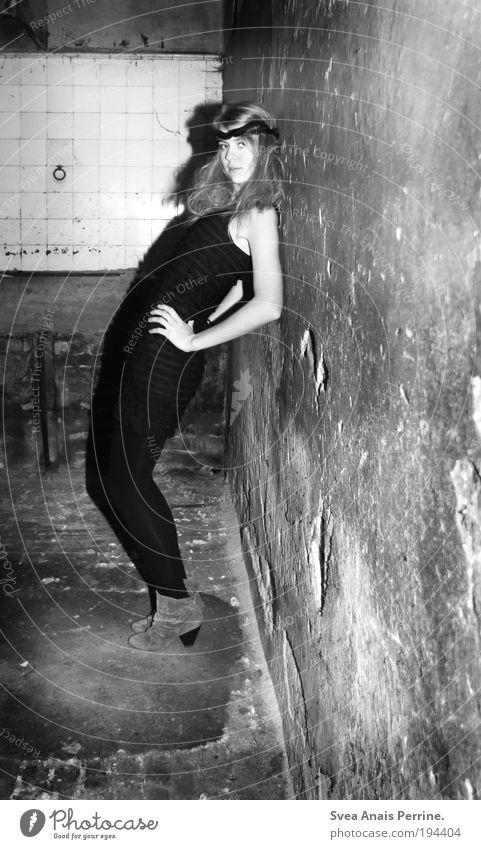 alte göttin&junge punkerin. Mensch Jugendliche schön feminin kalt Wand Mauer Stil Mode blond Fassade elegant warten außergewöhnlich Lifestyle stehen