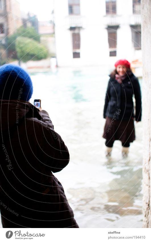 High Noon Wasser Schönes Wetter Venedig Haus Fassade Mütze trendy Körperhaltung duellieren Duell Fotografieren Hochwasser Überschwemmung Gummistiefel Flut