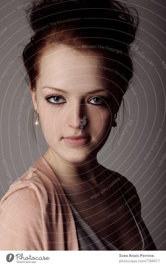 ausdrucksstark. elegant Stil feminin Junge Frau Jugendliche Haare & Frisuren Gesicht Auge 1 Mensch 18-30 Jahre Erwachsene Hemd rothaarig Zopf beobachten Blick