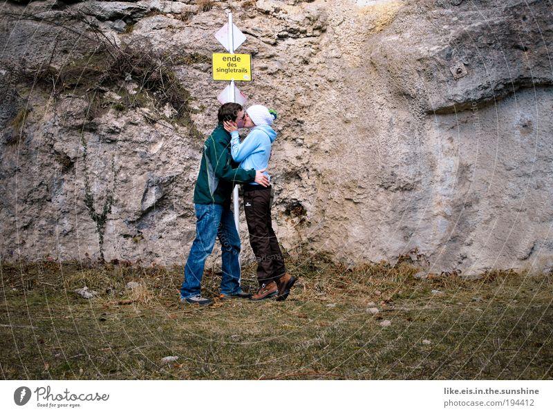Am Ende des Singletrails Mensch Natur Jugendliche Liebe Gefühle Gras Berge u. Gebirge Glück Stein Paar Erwachsene maskulin Felsen Fröhlichkeit Küssen Lebensfreude