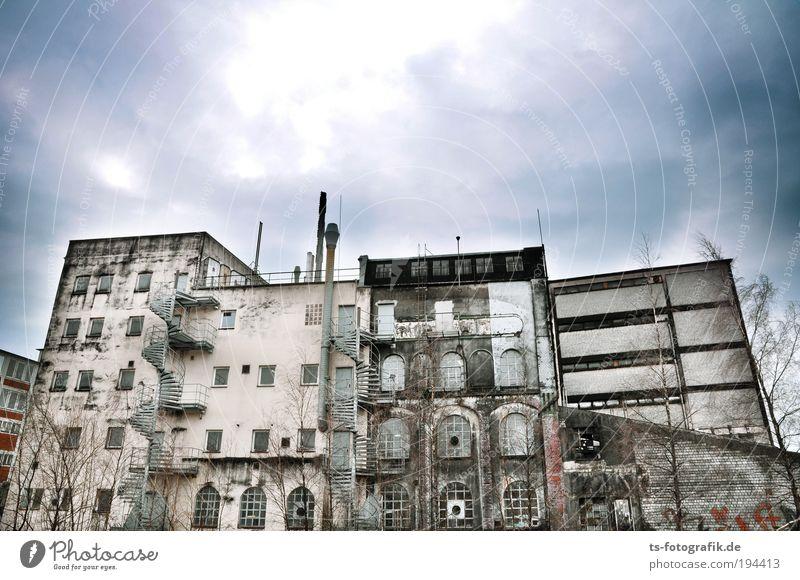 Die Zähne der Zeit I alt Himmel Stadt Haus Wolken Wand Fenster Mauer Gebäude Architektur Fassade Treppe Fabrik kaputt bedrohlich Verfall