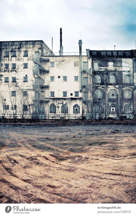 Die Zähne der Zeit II Himmel Wolken Bremen Stadt Haus Industrieanlage Ruine Baugrundstück Reifenspuren Sand Verfall Renovieren Denkmalschutz Industriegelände