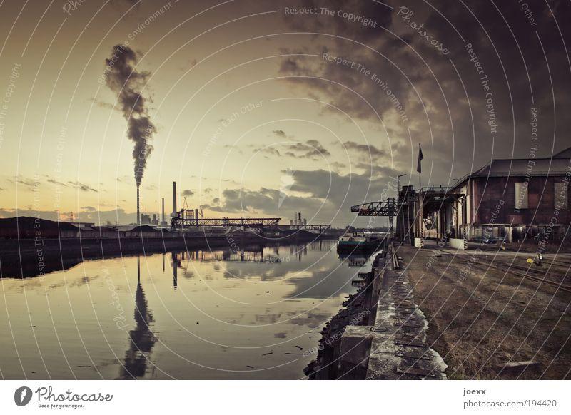 Hafen Wasser alt Himmel Stadt ruhig gelb braun dreckig Industrie Fabrik Klima Maschine Abgas Schornstein Kran