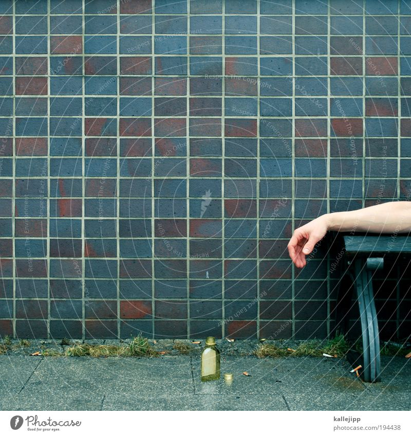 alkohol ist dein sanitäter in der not Mensch Mann Hand Einsamkeit Leben Traurigkeit Erwachsene Arme Glas maskulin schlafen trinken Flasche Verzweiflung Alkohol