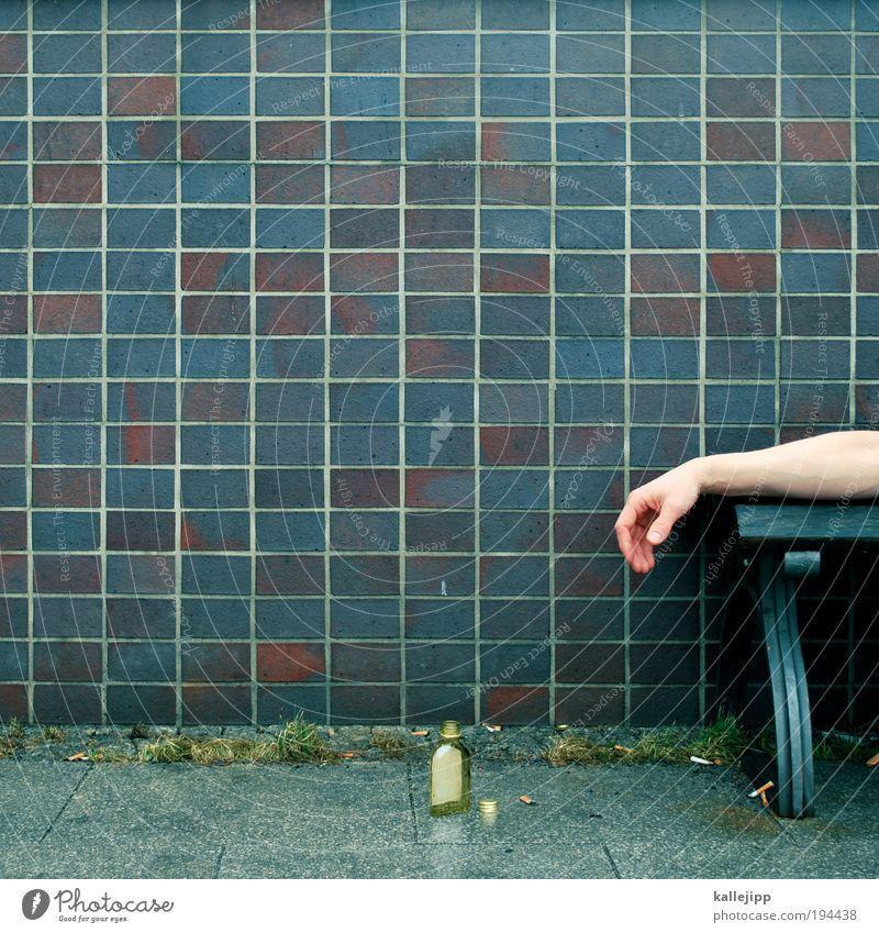 alkohol ist dein sanitäter in der not trinken Alkohol Spirituosen Flasche Glas Arbeitslosigkeit Mensch maskulin Mann Erwachsene Leben Arme Hand 1 schlafen