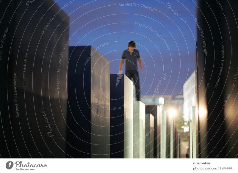Verbotenes machen Mensch Jugendliche Sommer dunkel Wand Spielen Umwelt Berlin Architektur springen Mauer Kunst Ausflug maskulin Tourismus