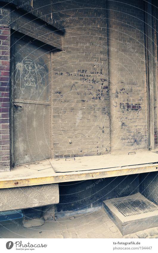 H8V wird nie Deutschen Meister! Wand Graffiti Stein Mauer Metall Arbeit & Erwerbstätigkeit Tür dreckig Schriftzeichen Industrie Güterverkehr & Logistik Sauberkeit Bauwerk Fabrik Rost Staub