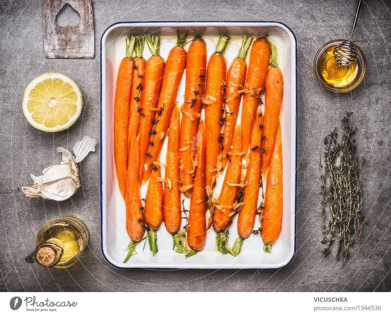 Karotten mit Thymian, Knoblauch, Zitrone und Honig auf Backblech Gesunde Ernährung Leben Gesundheit Stil Lebensmittel Design Tisch Kräuter & Gewürze Küche