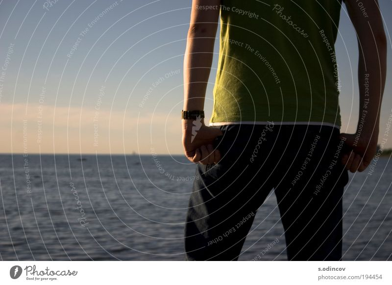 Mensch Natur Jugendliche Wasser Sommer Freude Erwachsene Glück Stil Beine träumen Horizont Rücken Arme frei Coolness