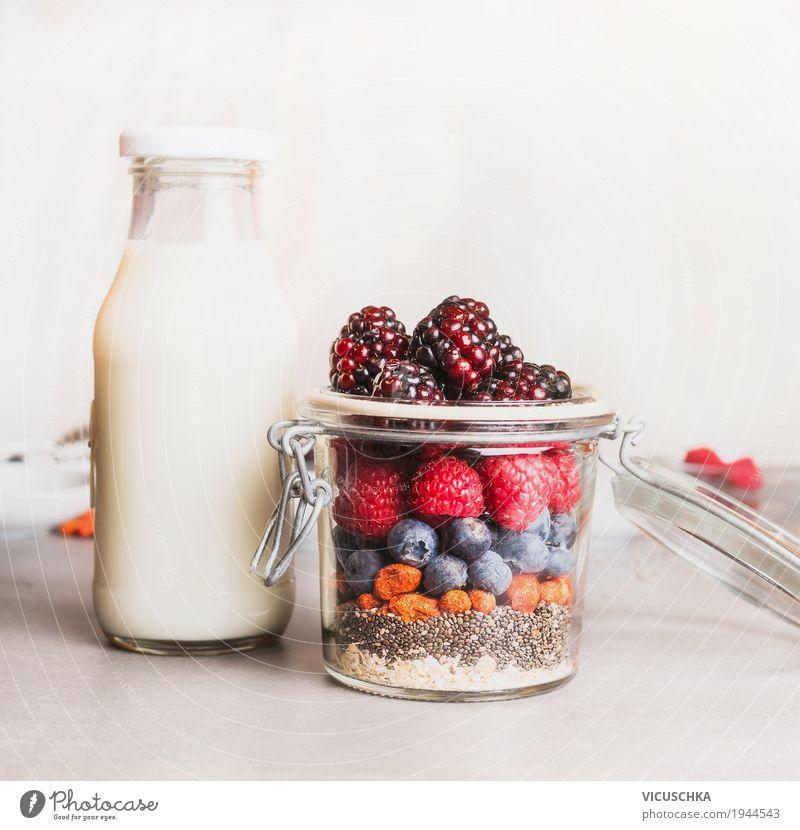 Gesundes Frühstück im Glas Lebensmittel Joghurt Milcherzeugnisse Frucht Getreide Dessert Ernährung Bioprodukte Vegetarische Ernährung Diät Geschirr Flasche Stil