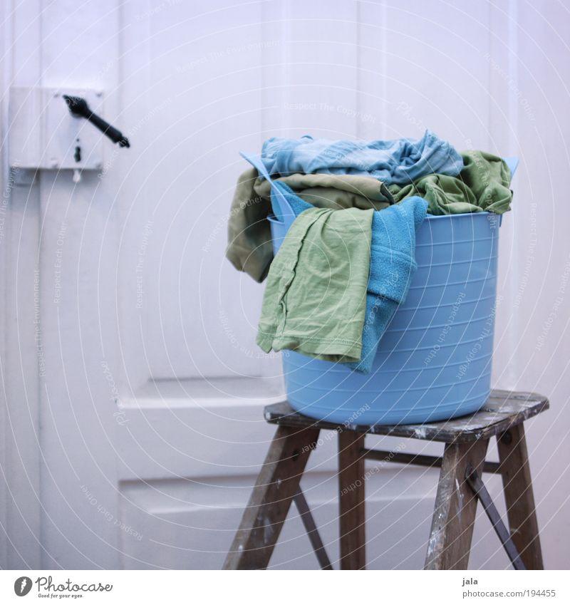 Kleine Wäsche Wäschekorb blau grün weiß Schmutzwäsche Textilien Bekleidung Tür Leiter Farbfoto Innenaufnahme Tag Wäsche waschen Waschtag