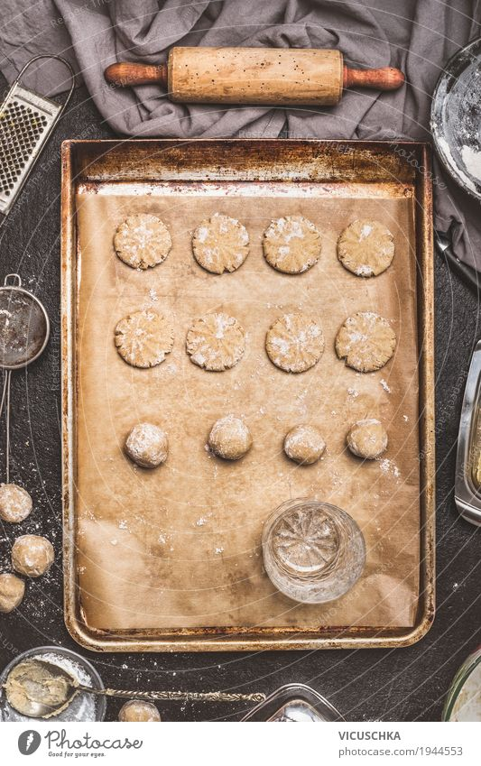 Plätzchen mit einem Trinkglases dekorieren Lebensmittel Teigwaren Backwaren Kuchen Dessert Ernährung Geschirr Glas Stil Design Häusliches Leben Tisch Küche Keks