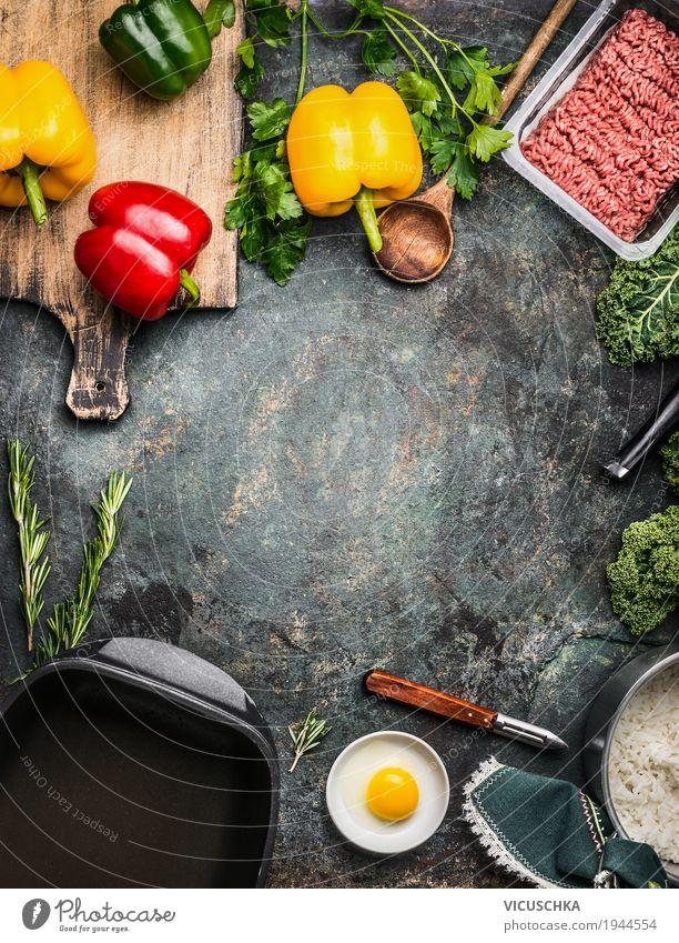 Gefüllte Paprika , Zubereitung auf rustikalem Küchentisch Gesunde Ernährung Leben Stil Lebensmittel Design rosa Häusliches Leben Tisch Kräuter & Gewürze Gemüse