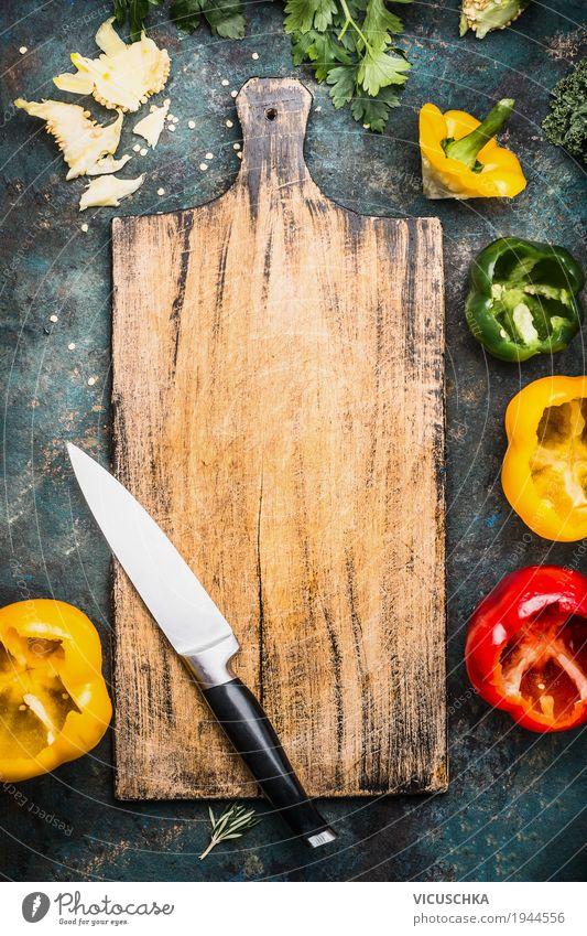 Schneidebrett mit Küchenmesser und bunte Paprika Lebensmittel Gemüse Salat Salatbeilage Kräuter & Gewürze Ernährung Bioprodukte Vegetarische Ernährung Diät