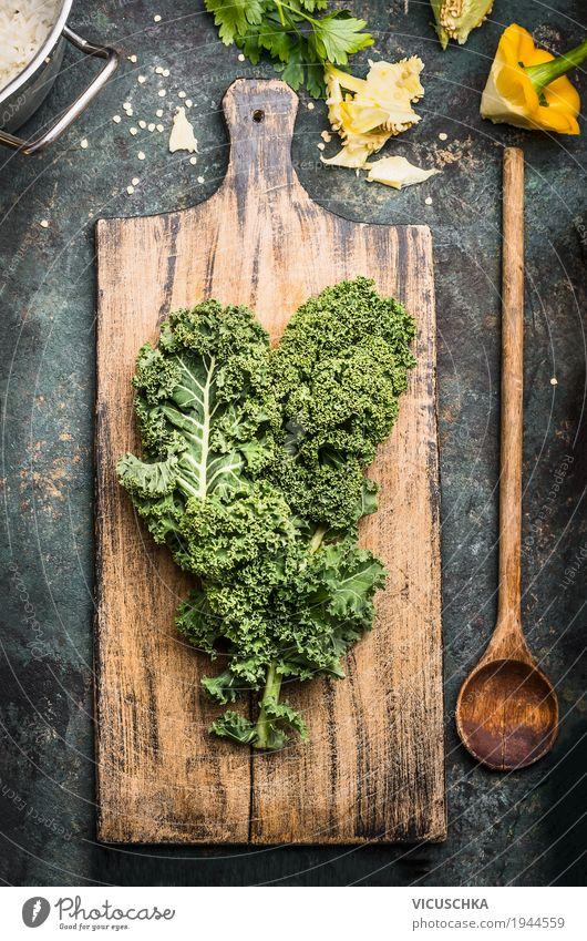 Grünkohl auf rustikalem Schneidebrett mit Kochlöffel Lebensmittel Gemüse Salat Salatbeilage Ernährung Bioprodukte Vegetarische Ernährung Diät Löffel Stil Design