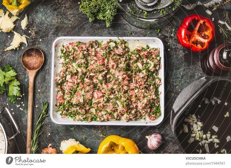 Fleischfüllung mit Hackfleisch, Reis und gehacktem Grünkohl Lebensmittel Gemüse Kräuter & Gewürze Ernährung Mittagessen Abendessen Bioprodukte Geschirr