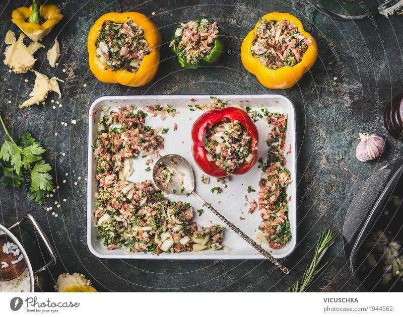 Paprika mit Fleisch Füllung auf rustikalem Küchentisch Gesunde Ernährung Foodfotografie gelb Essen Leben Stil Lebensmittel Design Häusliches Leben Tisch