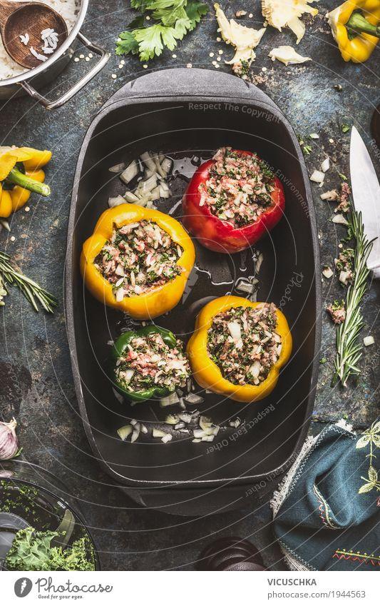 Bunte gefüllte Paprika in Kochtopf Lebensmittel Fleisch Gemüse Kräuter & Gewürze Öl Ernährung Mittagessen Abendessen Bioprodukte Geschirr Topf Stil Design