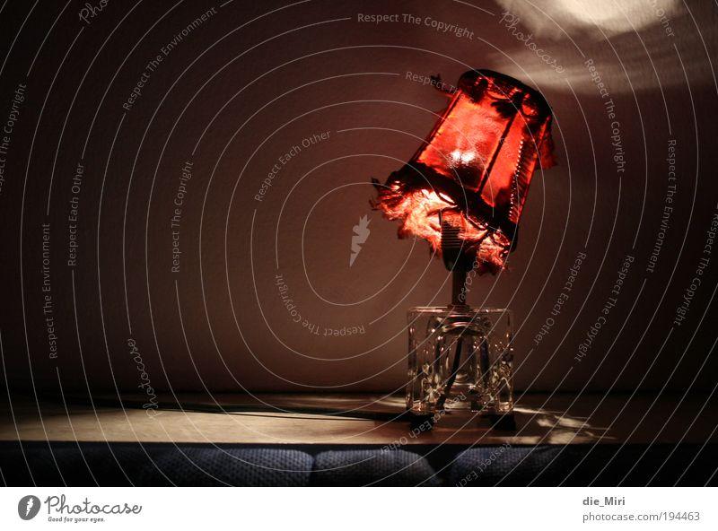 Rotkäppchen Lampe Lampenschirm hängen rot Farbfoto Innenaufnahme Menschenleer Textfreiraum links Hintergrund neutral Abend Nacht Kunstlicht Licht Schatten