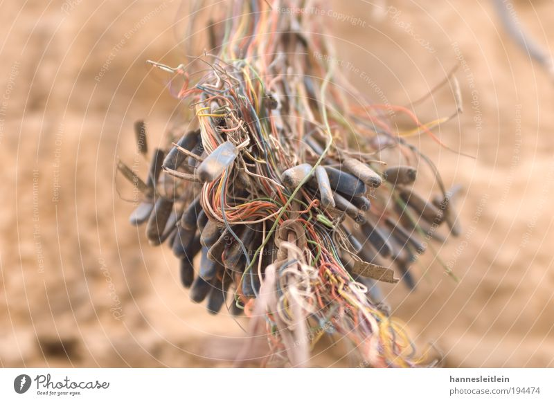 Kabelsalat Mauer Kraft Elektrizität ästhetisch gefährlich Vertrauen hängen Antenne bequem Technik & Technologie stagnierend Israel Elektrisches Gerät Asien