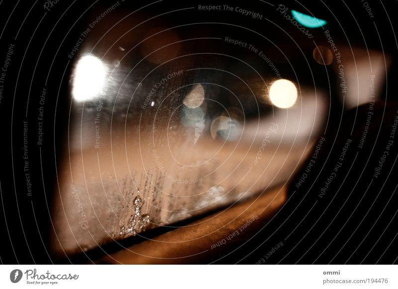 Nachtfahrt Straße dunkel PKW Stimmung Glas dreckig nass Autofenster Perspektive authentisch trist Autotür fahren Laterne Straßenbeleuchtung Autofahren