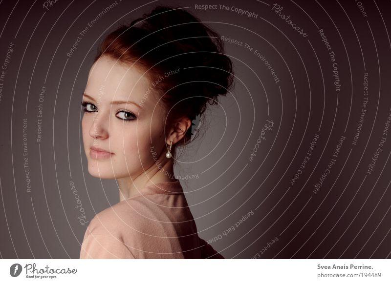 oder nicht? elegant Stil Design feminin Junge Frau Jugendliche Auge 1 Mensch 18-30 Jahre Erwachsene rothaarig Zopf Duft Blick stehen außergewöhnlich modern
