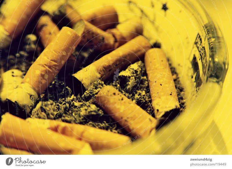 dont smokeolllllllloo0iii Zigarette Aschenbecher Ekel obskur Brandasche orange dreckig Makroaufnahme Zigarettenstummel