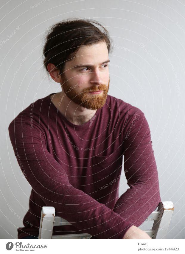 . Mensch Mann ruhig Erwachsene Zeit Denken maskulin Raum sitzen Perspektive warten beobachten Neugier Stuhl T-Shirt Konzentration