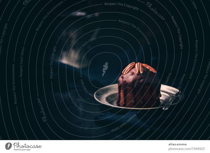 Schokoladig Schokolade Kuchen Schokoladenkuchen Kakao Kakaobohne pekannüsse moody dunkel mystisch Licht Schatten Stillleben Essen zubereiten Gesunde Ernährung