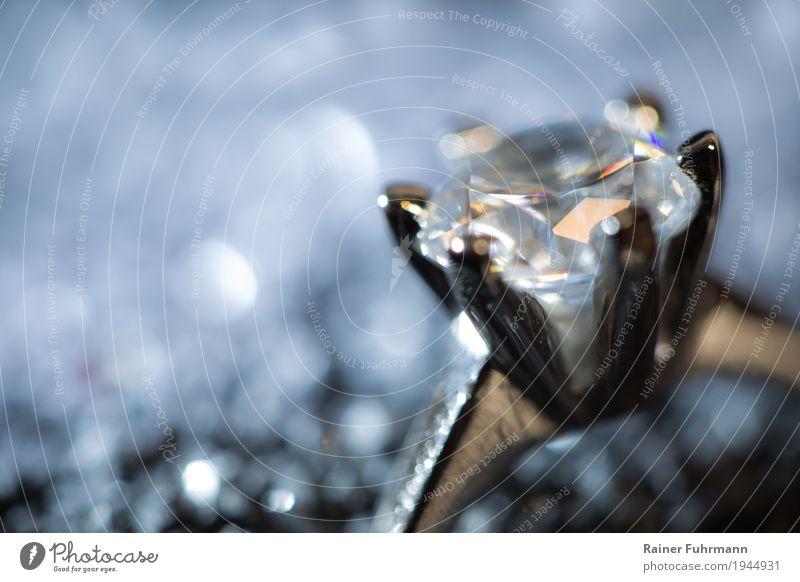 ein Ring mit einem edlen Stein elegant Stil Schmuck Kristalle ästhetisch silber Gier Reichtum Gedeckte Farben Makroaufnahme Textfreiraum links Kunstlicht
