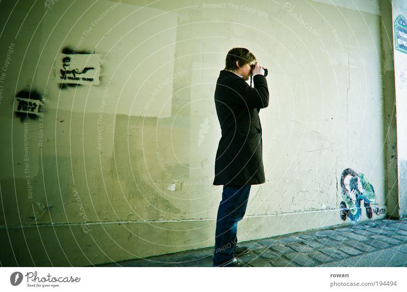 fotografen in aktion Mensch Mann Jugendliche Erwachsene dunkel Wand Graffiti Gebäude Mauer Kunst dreckig maskulin Kultur Bauwerk schäbig Fotograf