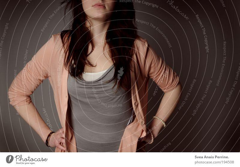 arrogant? elegant Stil feminin Junge Frau Jugendliche 18-30 Jahre Erwachsene Mode Bekleidung Hemd Accessoire Schmuck brünett langhaarig dünn authentisch frei