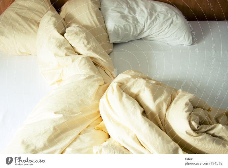 Bettgeschichte Erholung Schlafzimmer träumen kuschlig Müdigkeit Partnerschaft Trennung Kissen Bettwäsche Faltenwurf wach aufwachen Luftmatratze Bettlaken Tuch