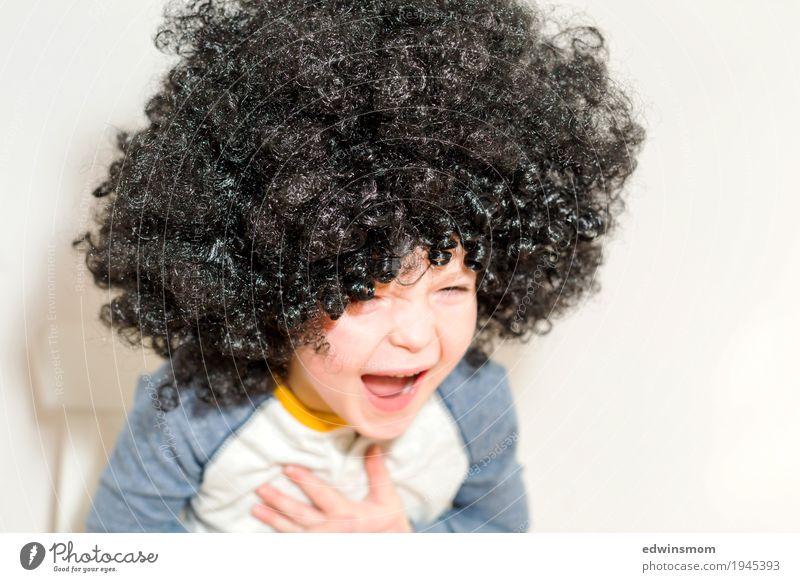 Herzhaft lachen Freizeit & Hobby Spielen Karneval maskulin Kind Junge Kindheit 1 Mensch 3-8 Jahre schwarzhaarig Locken Perücke sitzen authentisch frech frei